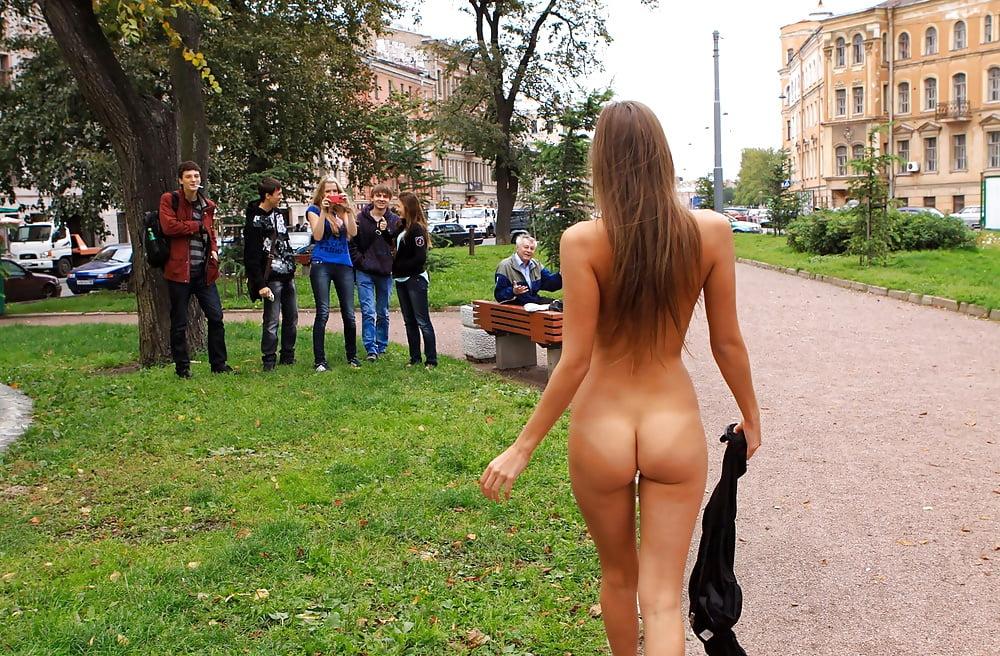 Видео русская девушка разделась на публике, жесткий секс проституткой