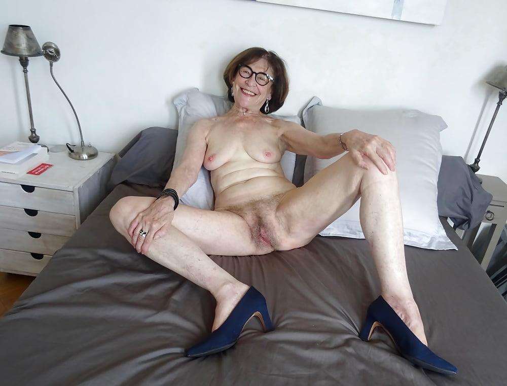 Amateur brunette granny twat