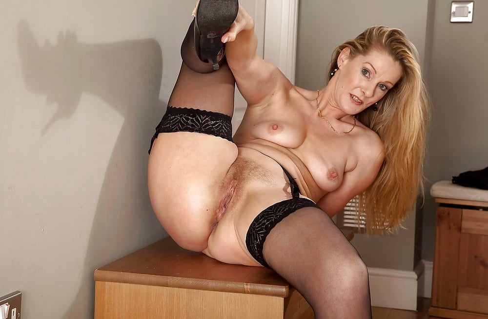 Mature hairy pussy in stockings — pic 8