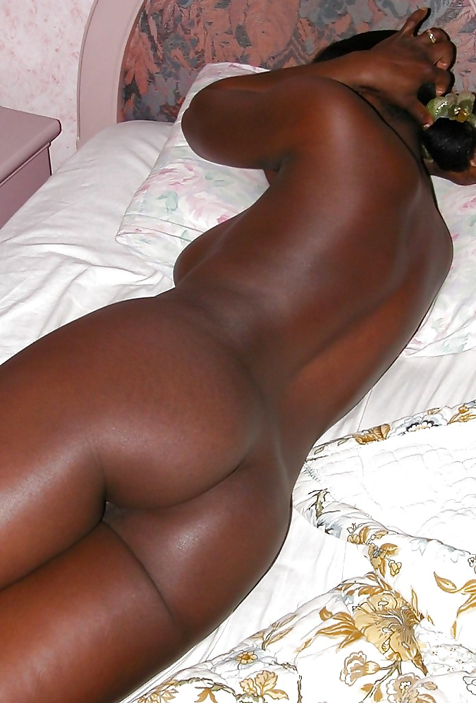 Black chick sleeping naked — photo 15